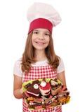 Liten flickakock med kakor Fotografering för Bildbyråer