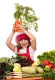 Liten flickakock med sunda grönsaker royaltyfri fotografi