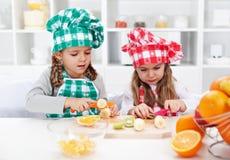 Liten flickakockar i köket Fotografering för Bildbyråer