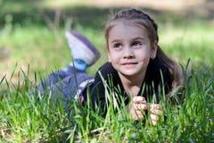Liten flickalögnerna royaltyfri fotografi