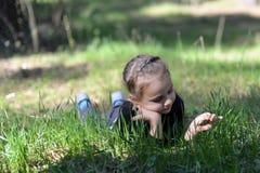 Liten flickalögnerna Fotografering för Bildbyråer