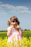 Liten flickalek panorerar leda i rör Royaltyfri Bild
