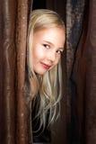 Liten flickalekar på kurragömman Royaltyfria Bilder