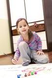 Liten flickamålning i henne lokal Royaltyfri Fotografi