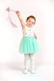 Liten flickamodemodell i grön klänning Royaltyfri Bild