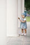 Liten flickanederlag i kolonner Royaltyfri Bild