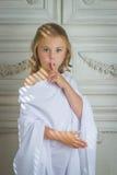 Liten flickaängelliten flicka som sover fingret i mun Fotografering för Bildbyråer