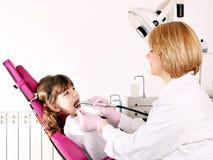Liten flickapatient och tandläkare Arkivbilder