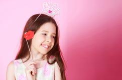 Liten flickaprinsessa, kant, krona, på rosa bakgrund Fira karnevalet för ungar, födelsedagparti gulligt royaltyfri bild