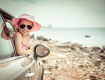 Liten flickaresande med bilen Royaltyfria Bilder