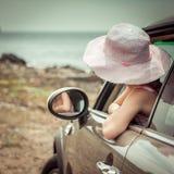 Liten flickaresande med bilen Arkivbild
