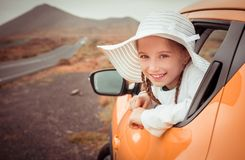 Liten flickaresande med bilen Royaltyfri Bild
