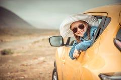 Liten flickaresande med bilen Arkivfoto