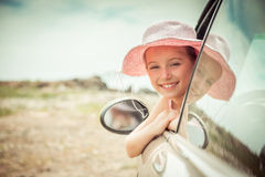 Liten flickaresande med bilen Royaltyfri Fotografi