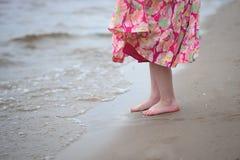 Liten flickas fot på en sand Royaltyfri Bild