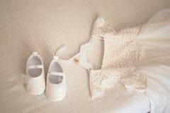 Liten flickas vita festliga klänning och skor royaltyfri fotografi