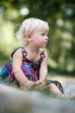 Liten flickasammanträde på det slipat Royaltyfri Foto