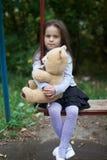 Liten flickasammanträde på en gunga Royaltyfri Fotografi