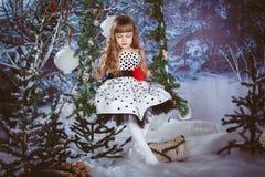 Liten flickasammanträde på en gunga Arkivfoto