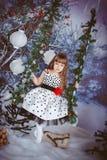 Liten flickasammanträde på en gunga Royaltyfria Foton