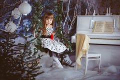 Liten flickasammanträde på en gunga Royaltyfri Foto