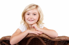 Liten flickasammanträde på en stol royaltyfria bilder