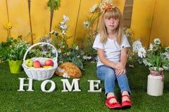 Liten flickasammanträde på gräset Fotografering för Bildbyråer