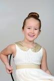 Liten flickasammanträde i en stol Royaltyfri Foto