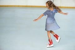 Liten flickaskridskoåkning Arkivfoto