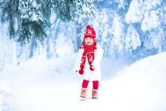 Liten flickaspring i ett snöig parkerar Arkivbild