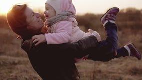 Liten flickaspring som ska fostras och skrattas på solnedgången i ultrarapid