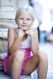 liten flickastående Arkivfoto