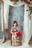 Liten flickastående i rosa ballerinakjol under dekorativ gifta sig båge royaltyfria bilder