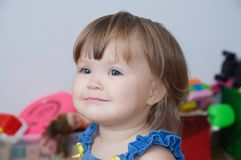 Liten flickaståenden som ler gulligt härligt, behandla som ett barn caucasian litet barn royaltyfri fotografi