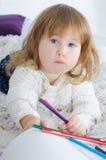 Liten flickateckning i säng arkivbilder