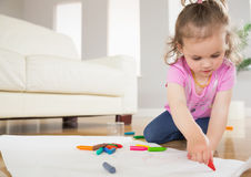 Liten flickateckning i vardagsrum Arkivbild