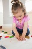 Liten flickateckning i vardagsrum Royaltyfria Foton