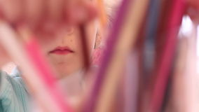Liten flickateckning med färger och färgpennor lager videofilmer