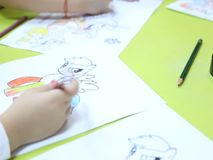 Liten flickateckning på dagiset arkivfilmer