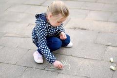 Liten flickateckning utanför med krita Royaltyfri Bild