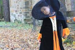 Liten flickauppklädd för allhelgonaaftonhelgdagsafton Royaltyfri Foto