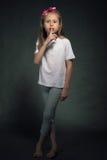 Liten flickavisningen hyssjar gest Arkivbilder
