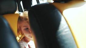 Liten flickavridningar i baksätet av en bil stock video