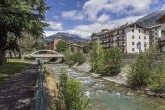 Liten flod Dora Baltea i Aosta Arkivbild