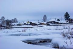 Liten flod för is i snö Arkivfoto