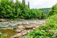Liten flod i berg Arkivbild
