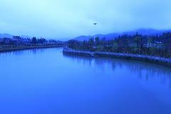 Liten flod i morgonen Arkivbilder