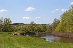 Liten flod med en nivå för högt vatten på en solig dag Royaltyfri Bild