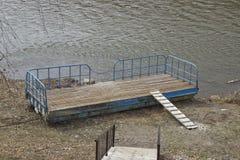 liten flodpir som ashore kastas fotografering för bildbyråer