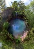 Liten flyg- bred sikt f?r planetfisk?ga av paradisvattenfallet i den bl?a lagun f?r djup skog Mest bra st?lle Loppet turnerar beg arkivfoton